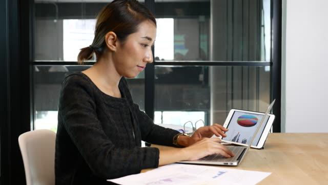 ビジネスウーマンワーキングデスクで、オフィス - 忙しい点の映像素材/bロール