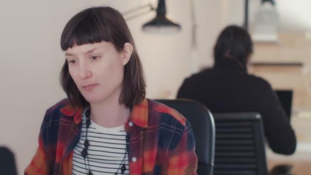 businesswoman working at desk - direttrice video stock e b–roll