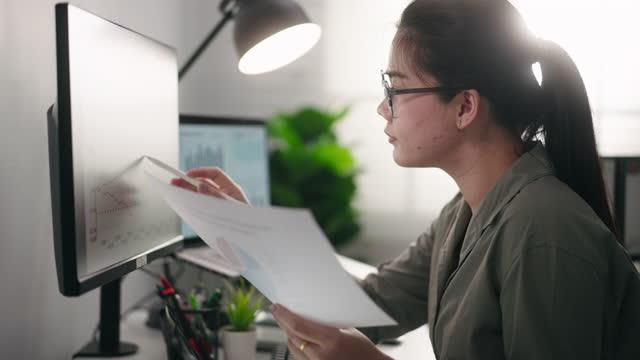 vidéos et rushes de femme d'affaires travaillant analyse de données sur l'ordinateur - vigilance