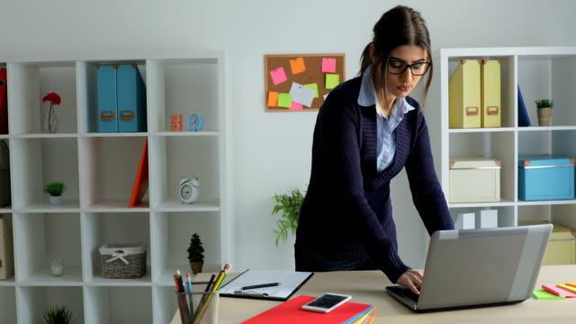 vídeos de stock, filmes e b-roll de mulher de negócios trabalhando no escritório - só uma mulher de idade mediana