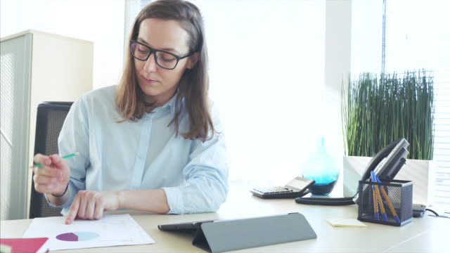 stockvideo's en b-roll-footage met zakenvrouw werken in haar kantoor. - intelligentie
