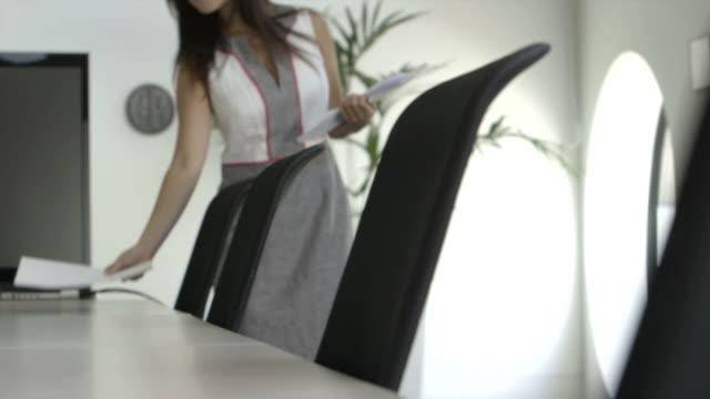 vídeos de stock e filmes b-roll de businesswoman working in office - só uma mulher de idade mediana