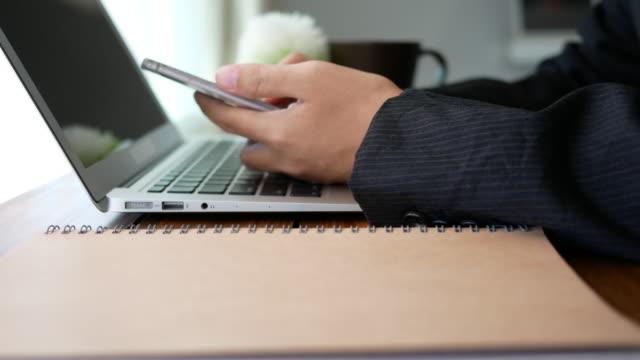 オフィスで働くビジネスウーマン - 金銭に関係ある物点の映像素材/bロール