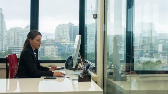stockvideo's en b-roll-footage met zakenvrouw werken op kantoor - alleen één oudere vrouw