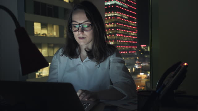 vídeos de stock e filmes b-roll de businesswoman working in the office. - arquiteta