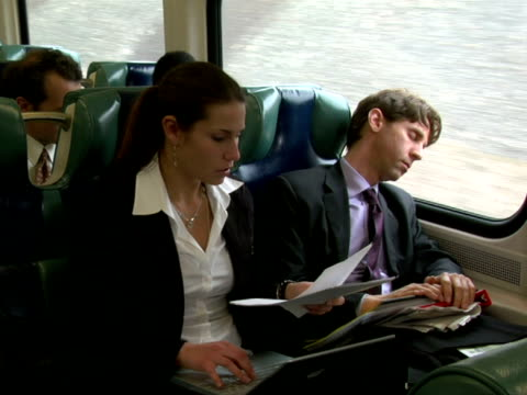 ms, businesswoman working in train, waking up college sitting next to her, chappaqua, new york state, usa - 通勤電車点の映像素材/bロール