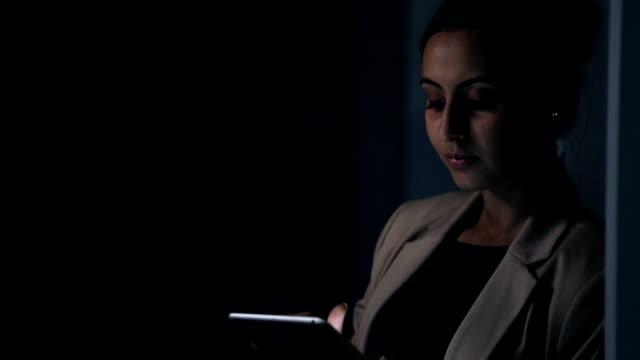 businesswoman working on digital tablet, delhi, india - 若い女性だけ点の映像素材/bロール