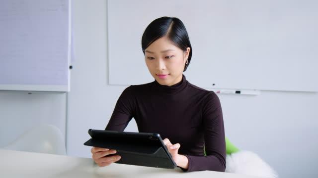 vídeos de stock e filmes b-roll de businesswoman working on digital tablet in meeting room - retrato formal