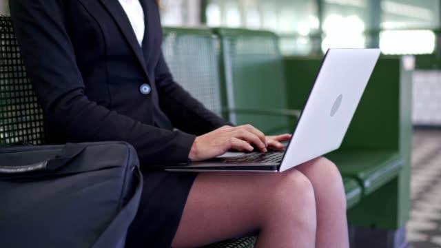 geschäftsfrau arbeitet an laptop in der u-bahn - making money stock-videos und b-roll-filmmaterial