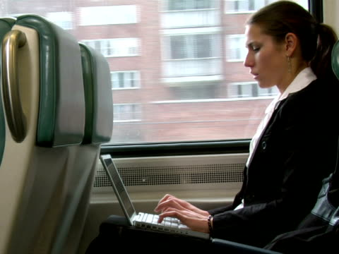 vídeos de stock, filmes e b-roll de ms, businesswoman working on laptop in train, chappaqua, new york state, usa - só uma mulher de idade mediana