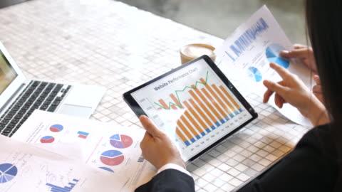 タブレット pc に取り組んでいる実業家 - paperwork点の映像素材/bロール