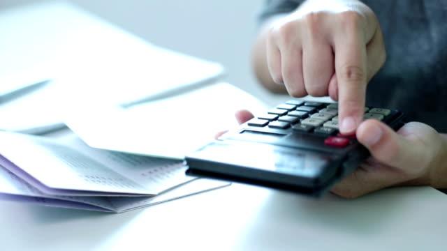 geschäftsfrau arbeiten mit dem rechner im büro - home economics stock-videos und b-roll-filmmaterial