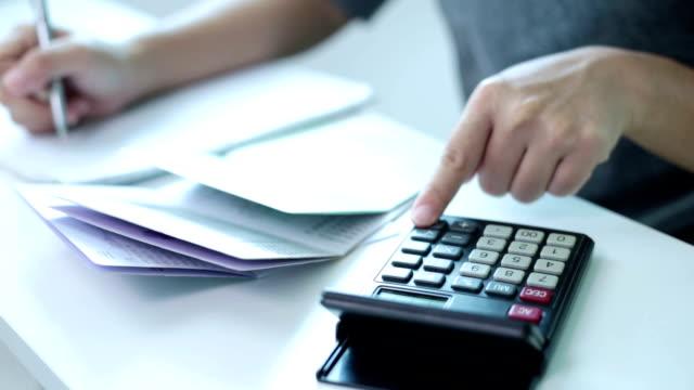 vídeos y material grabado en eventos de stock de mujer de negocios trabajando en oficina con calculadora - home economics