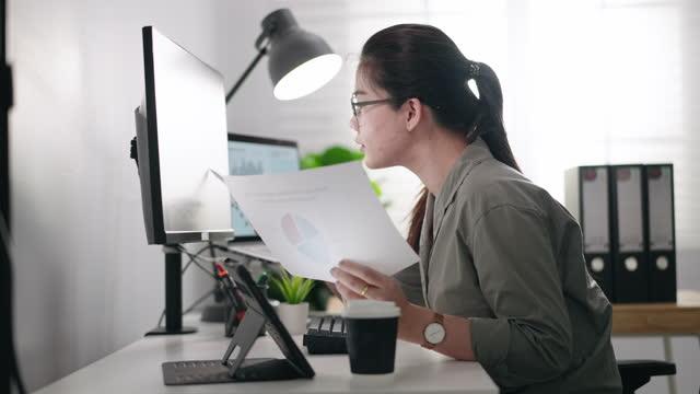 vidéos et rushes de femme d'affaires travaillant avec des données - garder