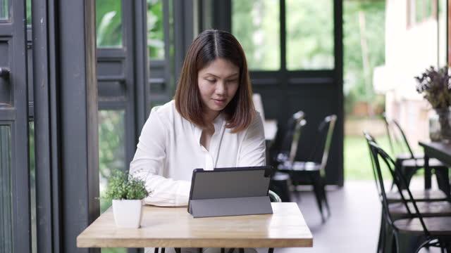 geschäftsfrau, die mit digitalem tablet im büro arbeitet - nur junge frauen stock-videos und b-roll-filmmaterial