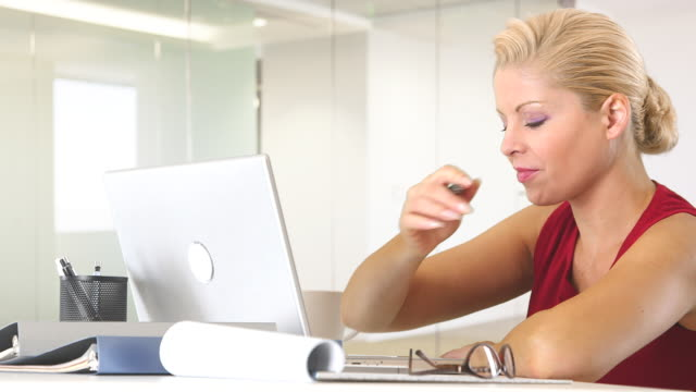 businesswoman working with laptop at desk - weibliche angestellte stock-videos und b-roll-filmmaterial