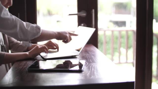 vídeos de stock e filmes b-roll de businesswoman working with teamwork - arquiteta