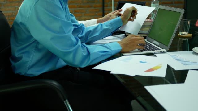 geschäftsfrau arbeitet mit teamwork - erklären stock-videos und b-roll-filmmaterial