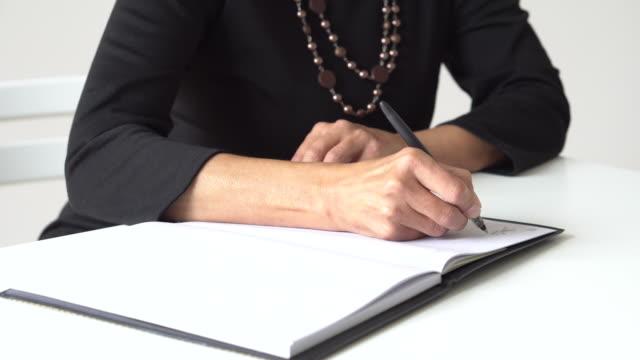 書面ビジネスウーマン - note pad点の映像素材/bロール