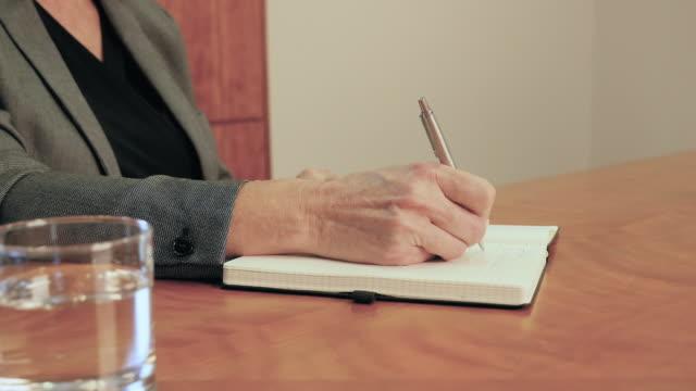 vidéos et rushes de businesswoman writing - carnet