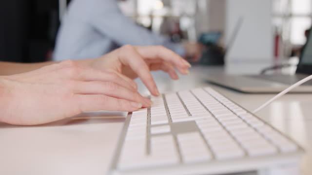 geschäftsfrau hände tippen auf computer-tastatur - computertastatur stock-videos und b-roll-filmmaterial