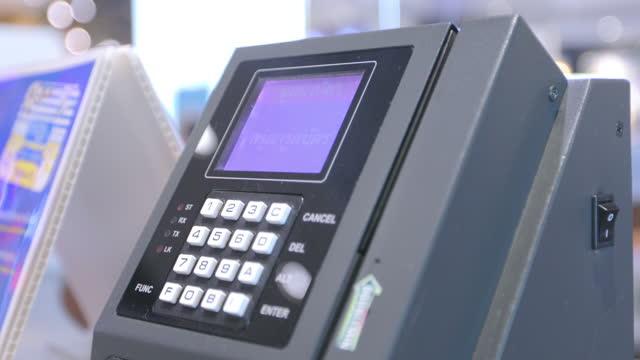 vidéos et rushes de les femmes d'affaires utilisent des cartes de crédit sur la caissière de magasin - credit card