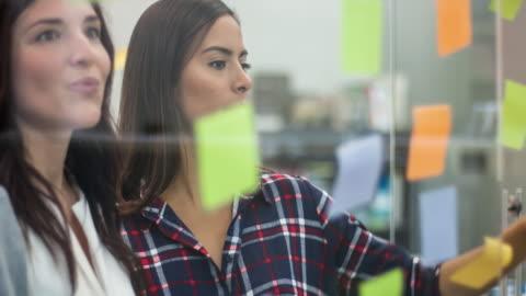 vídeos y material grabado en eventos de stock de lluvia de ideas para nuevas ideas en la oficina de mujeres empresarias - conferencia