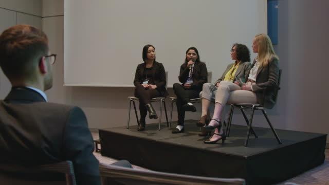vídeos y material grabado en eventos de stock de mujeres de negocios durante el seminario en el auditorio - establecer una red de contactos