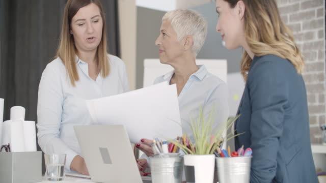 Zakenvrouwen Expertise grafieken In hun kantoor.