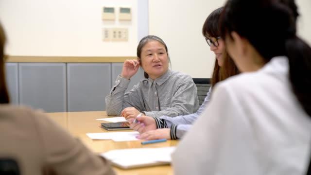businesswomen のミーティング - 会議室点の映像素材/bロール