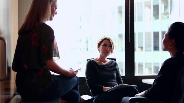 vídeos de stock e filmes b-roll de ms ds businesswomen in discussion at workstation in office/washington, usa - confiabilidade