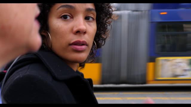 vídeos y material grabado en eventos de stock de ts businesswomen in discussion while walking to work on city street - personas en el fondo