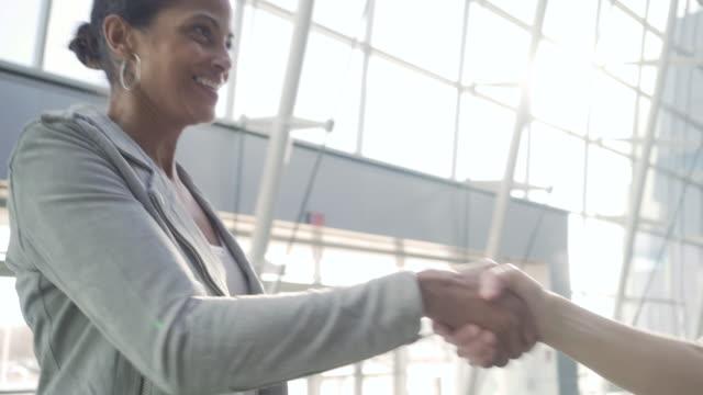 businesswomen shaking hands - gratulieren stock-videos und b-roll-filmmaterial