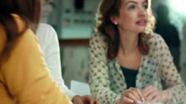 vídeos de stock e filmes b-roll de businesswomen solving puzzles - quebra cabeças
