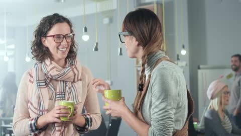 vídeos y material grabado en eventos de stock de mujeres empresarias tomando un cafecito - two people