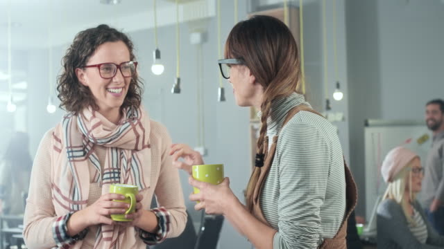 vídeos de stock e filmes b-roll de businesswomen taking a coffee break - lazer
