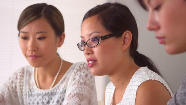 vídeos de stock, filmes e b-roll de businesswomen talking business - envolvimento dos funcionários