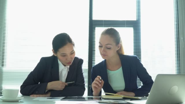 stockvideo's en b-roll-footage met zakenvrouwen laptop samen gebruiken in office - softfocus