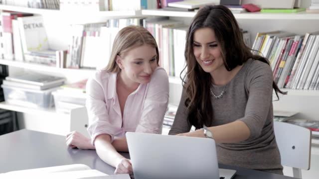 vídeos y material grabado en eventos de stock de mujeres de negocio trabajar en la computadora portátil - arquitecta