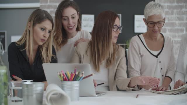 vídeos de stock e filmes b-roll de businesswomen working in their office. - arquiteta