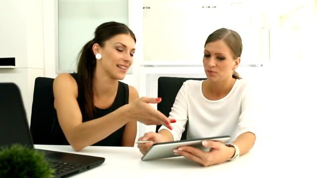 Businesswomen lavorando insieme