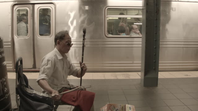 vídeos de stock e filmes b-roll de busker new york subway - artista