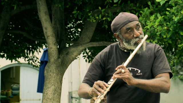 Busker playing flute (if audio is used, rights need to be cleared for music) / AUDIO
