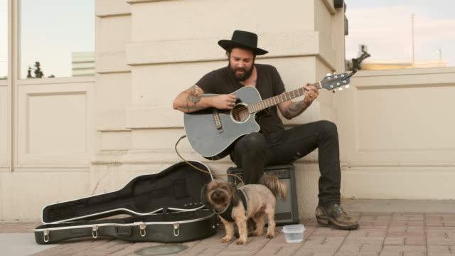 vídeos y material grabado en eventos de stock de músico callejero callejero - actuación conceptos