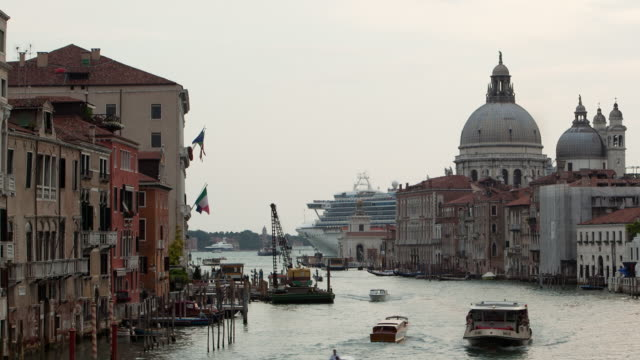 bust canal in venice with cruise ship - venice italy stock videos & royalty-free footage