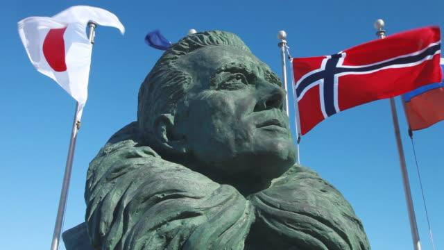 vídeos de stock e filmes b-roll de bust of admiral byrd and flags, mcmurdo base, ross island, antarctica  - figura masculina