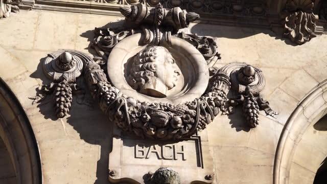 vídeos y material grabado en eventos de stock de bust of johann sebastian bach on palais garnier (opera garnier) / paris, france - johann sebastian bach