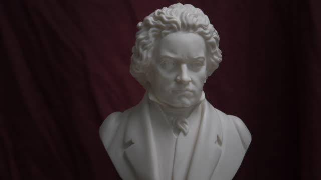 vidéos et rushes de bust of ludwig van beethoven on turning table - buste partie du corps