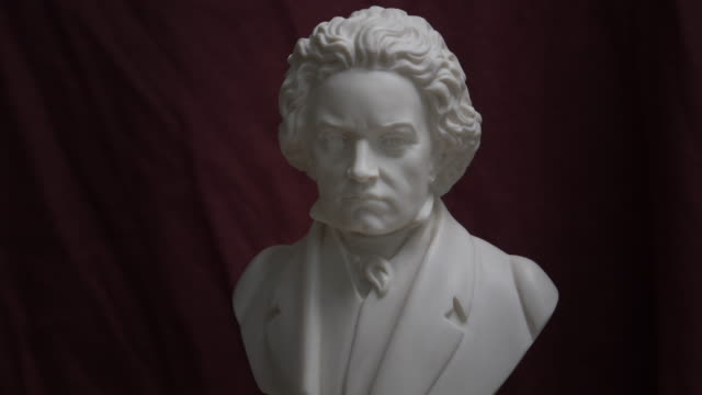 bust of ludwig van beethoven on turning table - fame stock-videos und b-roll-filmmaterial