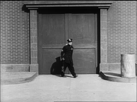vídeos y material grabado en eventos de stock de buster keaton locking large set of double doors + putting key in garbage can - cerrar con llave